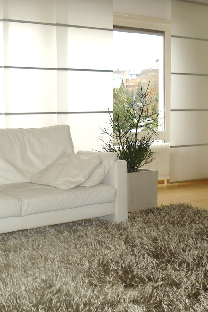 Flächenvorhänge sind eine geradlinige Fensterdekoration, sie sind pflegeleicht, einfach zu handhaben und wirken zeitlos und modern.