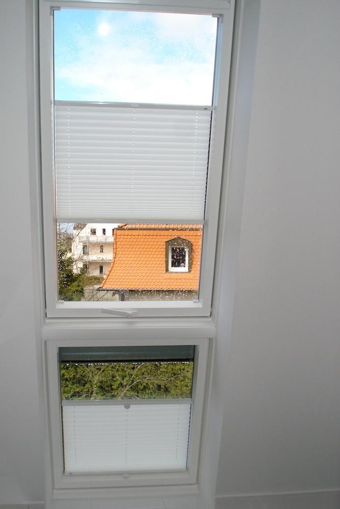 Plissee in der Dachschräge. Als Blickschutz und auch zur Verdunklung geeignet.