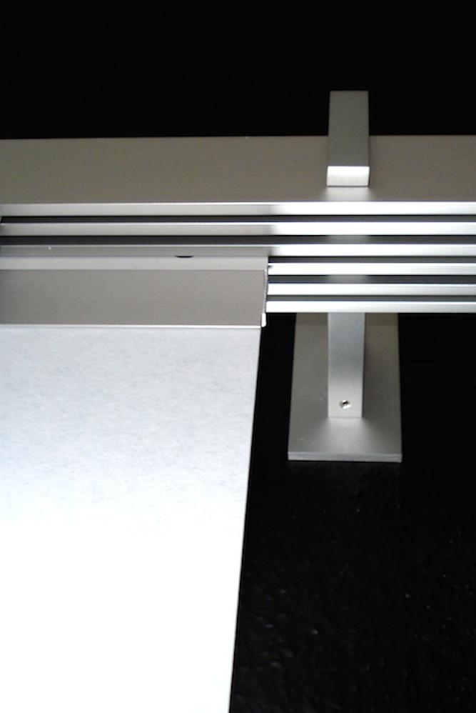 Die Schienen unserer Flächenvorhänge sind aus Edelstahl gefertigt. Sie sind langlebig und lassen die Vorhänge ganz leicht gleiten ohne zu Ruckeln.
