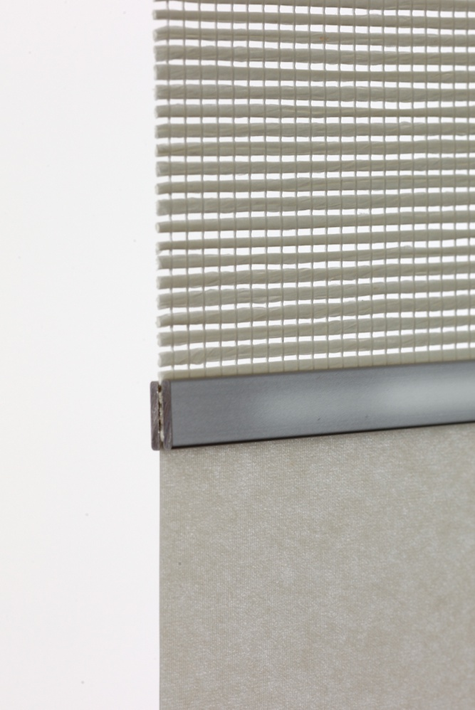 Die Teiler der einzelnen Paneele werden durch Holz- oder Metallverbinder zusammengehalten. Hier eine Kombination aus Japanpapier und einem textilen Gewebe.