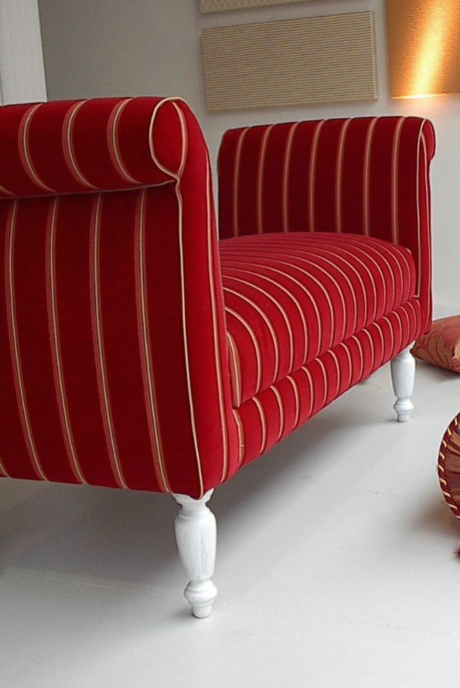 Klassische Sitzbank ist neu gepolstert. Das rote Samtvelours lädt zum hinsetzen und genießen ein.
