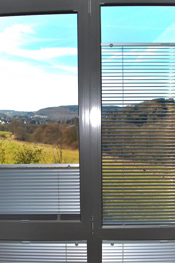 Diese Horizontaljalousie ist direkt an das Fenster montiert und passt sich so ideal ein.