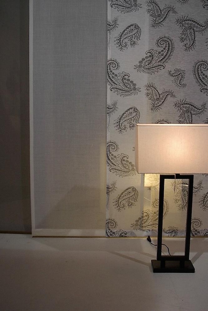Schiebevorhänge passen auch in eine edle Wohnung. Hier mit passendem Muster.