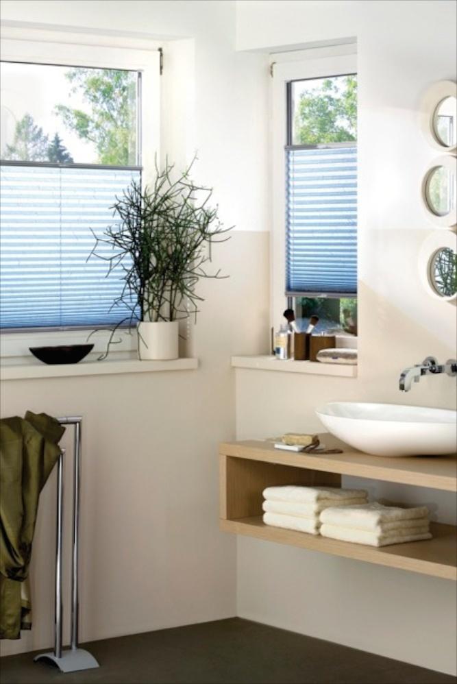 Plissees, in der Glasleiste des Fensters montiert sind frei verschiebbar und eignen sich gut für das Bad.