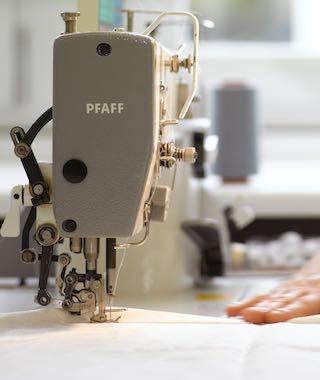 Unsere ausgebildeten Näherinnen fertigen jedes unserer textilen Produkte für Sie an. Damit sind auch individuelle Wünsche ohne Probleme möglich.