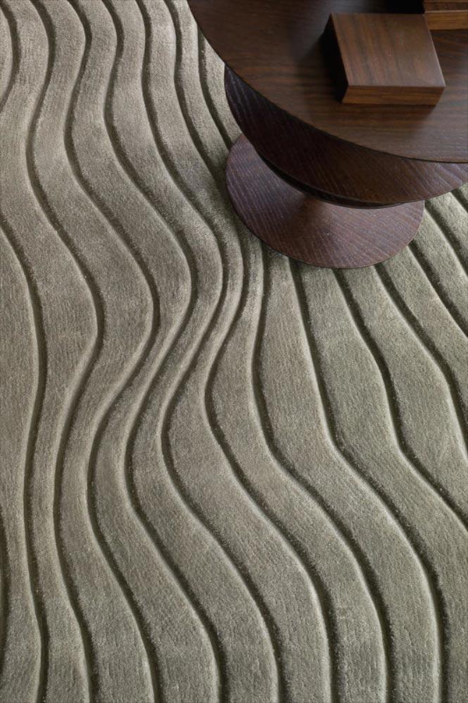 Dieser Wollteppich mit Reliefschnitt (curved) erinnert an Strandspaziergänge und ist angenehm an den Füßen.