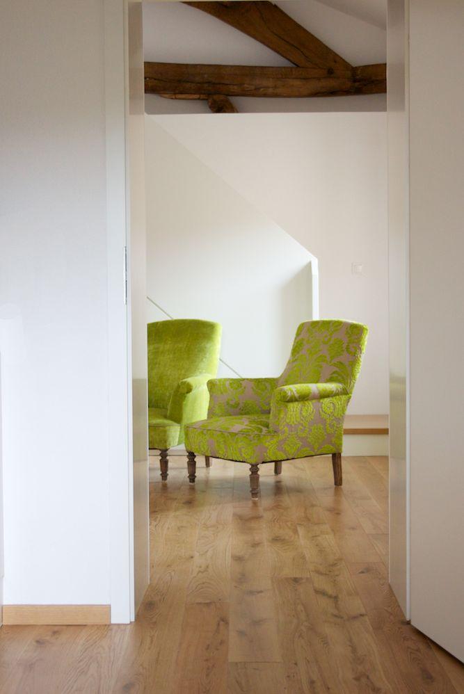 Auch dieser Sessel wurde fachgerecht restauriert und erhielt so seine wertige Erscheinung zurück. Der Polsterbezug ist aus einem limefarbenen Leinenstoff mit Ornamenten. Die Eigentümer dieser hellen, saarländischen Wohnung wandten sich wegen Polsterung und Stoffauswahl an rainer scheid.