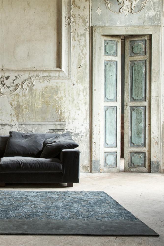 Das Muster dieses Teppichs entsteht durch das Zusammenspiel der glänzenden Leine und matten Wolle.
