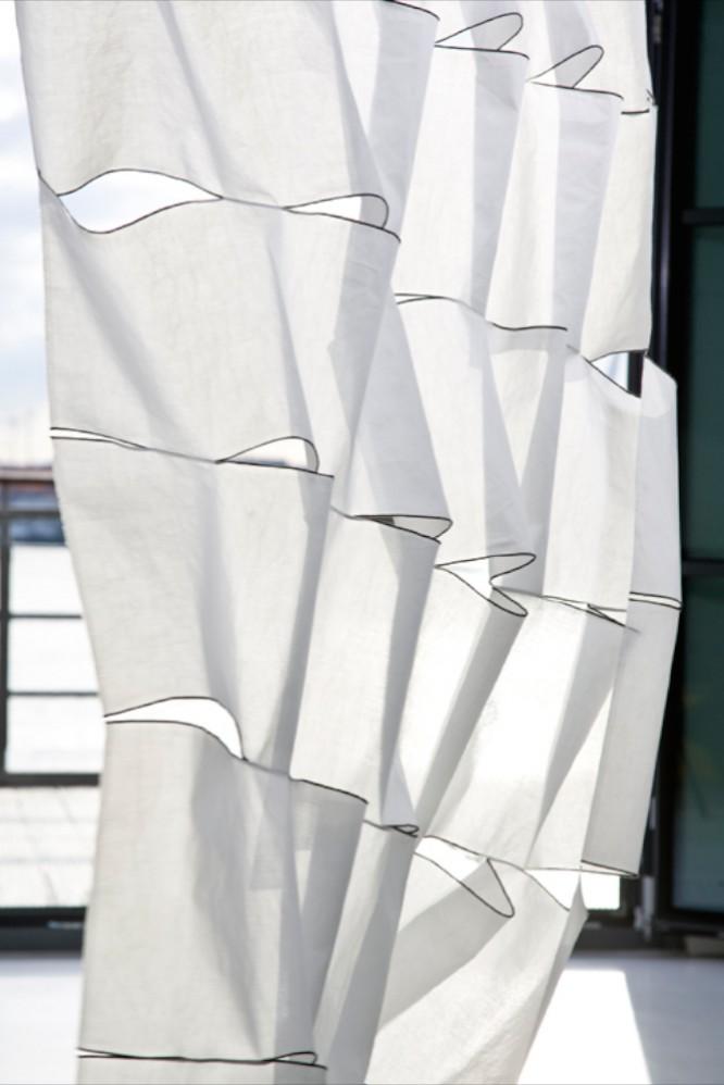 Kinnasand Gardine dreidimensional geschnitten, wirkt wie ein Segel im Wind