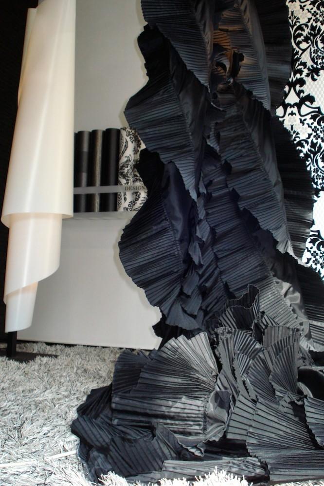 Der ulf moritz Stoff ist schwarz gefächert. Skulpurhafter Deko-Schal.