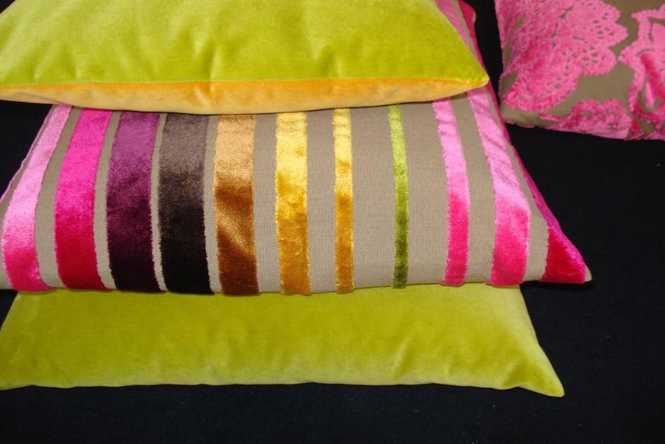 Stellen Sie sich Ihre Kissenoptik individuell zusammen. Diese Kissen in uni und pink-gelb-grün gestreift gibt es nur in Neunkirchen bei rainer scheid.