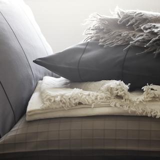 Gemütliche Wollplaids (Wolldecken) in Naturtönen - passend zur Jersey Bettwäsche vom Schlossberg.