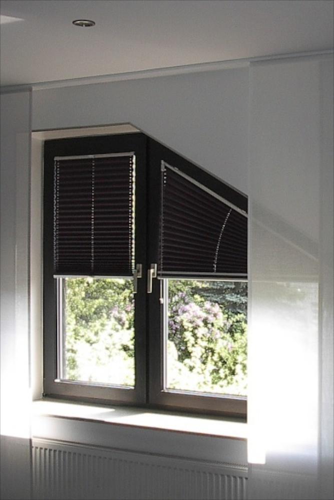 Plissee zur Verdunklung mit Sonderform für schräge und eckige Fenster.