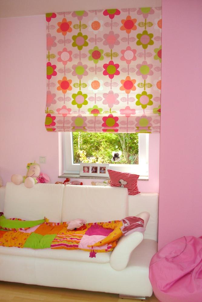 Raffrollo mit Blumenmotiv für Kinderzimmer.