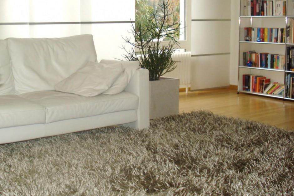 Hochfloor-Teppiche tragen stark zu einer kuscheligen Wohnzimmeratmosphäre bei.