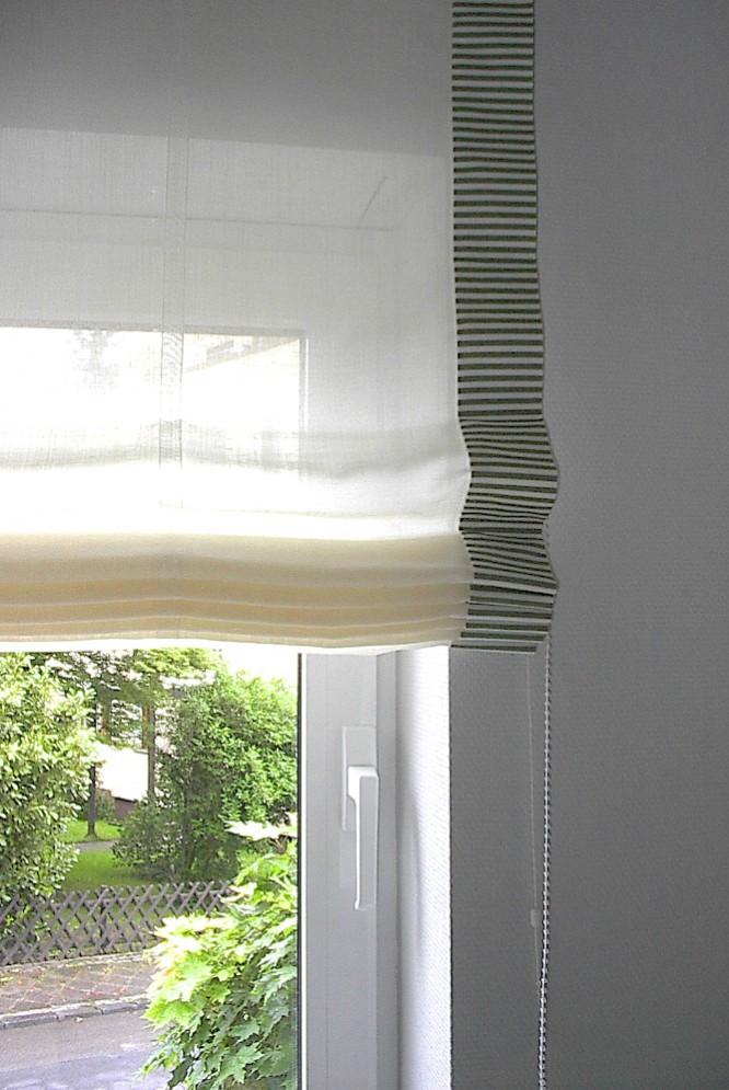 Helles, transparentes Raffrollo mit gemustertem Rand. Schlicht, wohnlich und modern.