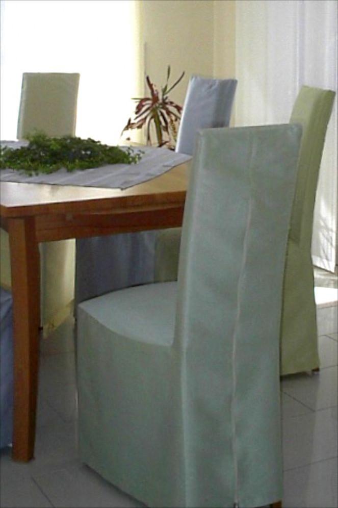 Diese textilen Stuhlhussen verwandeln ihre alten Stühle preiswert in moderne Sitzmöbel. Die hussenüberzogenen Stühle wirken edel und modern.