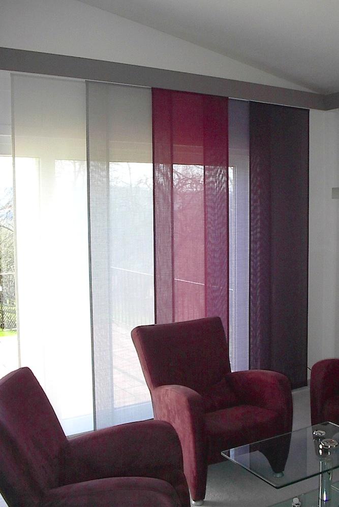 Die Lila- und Weißtöne spiegeln die farbliche Abstimmung der Möbel wieder. Die Flächenvorhänge lassen sich auch einzeln austauschen.