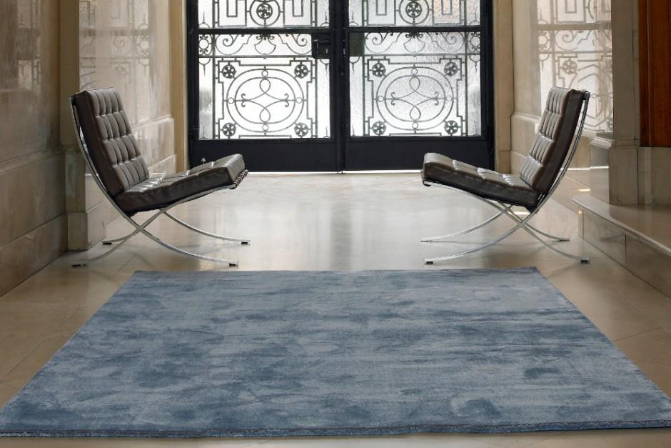 Dieser grau-blaue Teppich ist aus Velour und bietet ein interessantes Schattenspiel auf dem Fußboden.