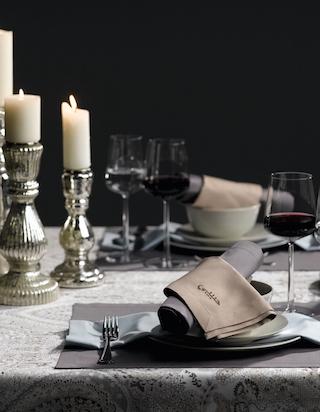 Edel und schön gedeckter Tisch mit bestickter Leinentischwäche. Finden Sie Ihre Tischwäsche bei rainer scheid im Saarland.