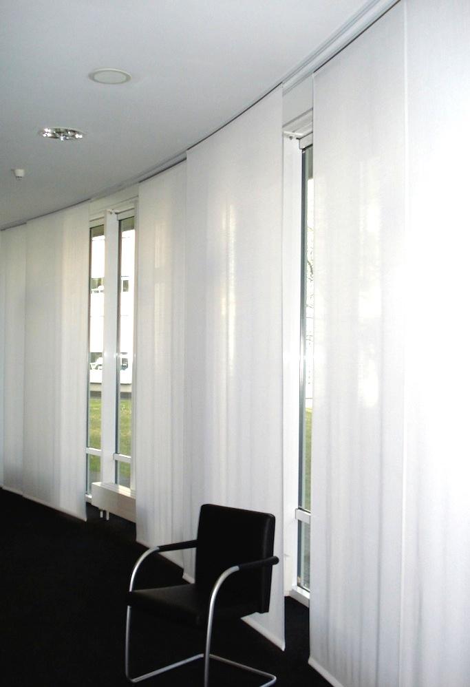 Flächenvorhänge eigenen sich auch für Rundungen. Sie kleiden dezent Konferenz- und andere Geschäftsräume.