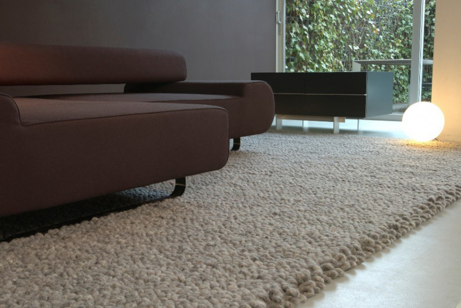 Der Stone ist ein Teppich aus reiner, gefilzter Wolle. Das Muster erinnert an Kieselsteine und die Optik hat dieses Teppichmodell sogar in das Museum of Art in New York befördert. Der Teppich passt optimal zu Steinböden.