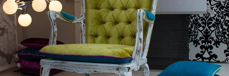 alter Stuhl neu gepolstert in Antiklook. Restaurierter, edler Stuhl, moderne Farben.