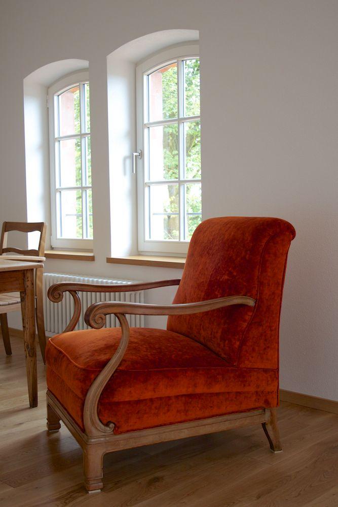 Dieser Armlehnen-Sessel wurde komplett restauriert. Das Holz wurde bearbeitet und das Polster mit einem orangenen Samtvelours bezogen.