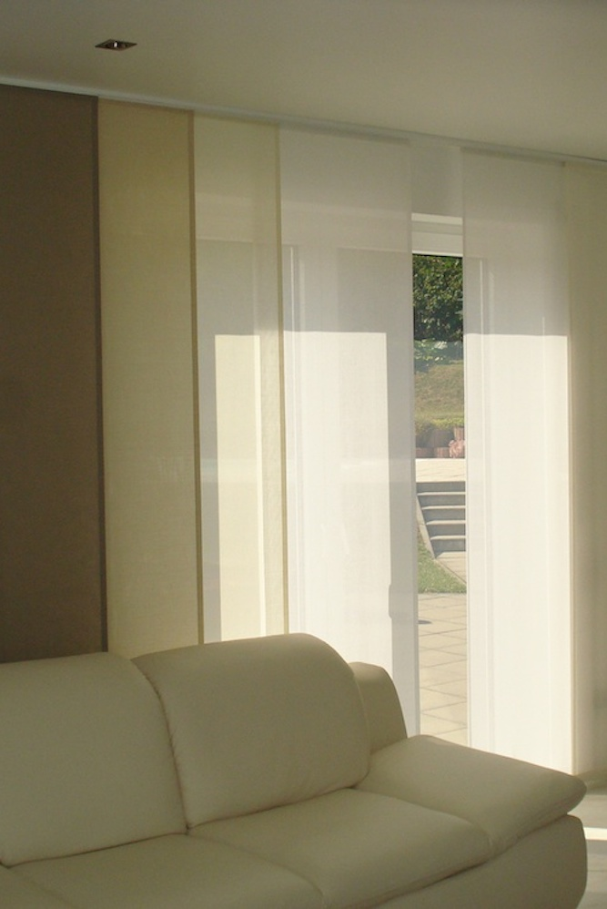 helle Schiebegardinen in den dezenten Farben weiß bis beige passen zur Einrichtung.