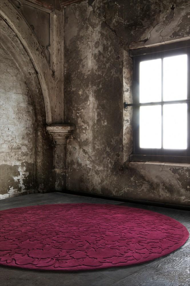 Hochwertige Teppiche, wie diesen runden Uni-Teppich mit hoch-tief-Relief, finden Sie im Saarland nur bei Rainer Scheid in Neunkirchen.